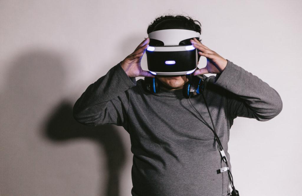 VRを装着した男性の画像