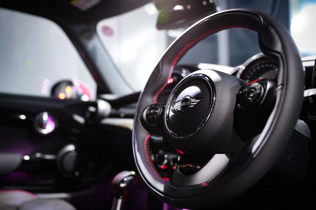 車のハンドルの画像