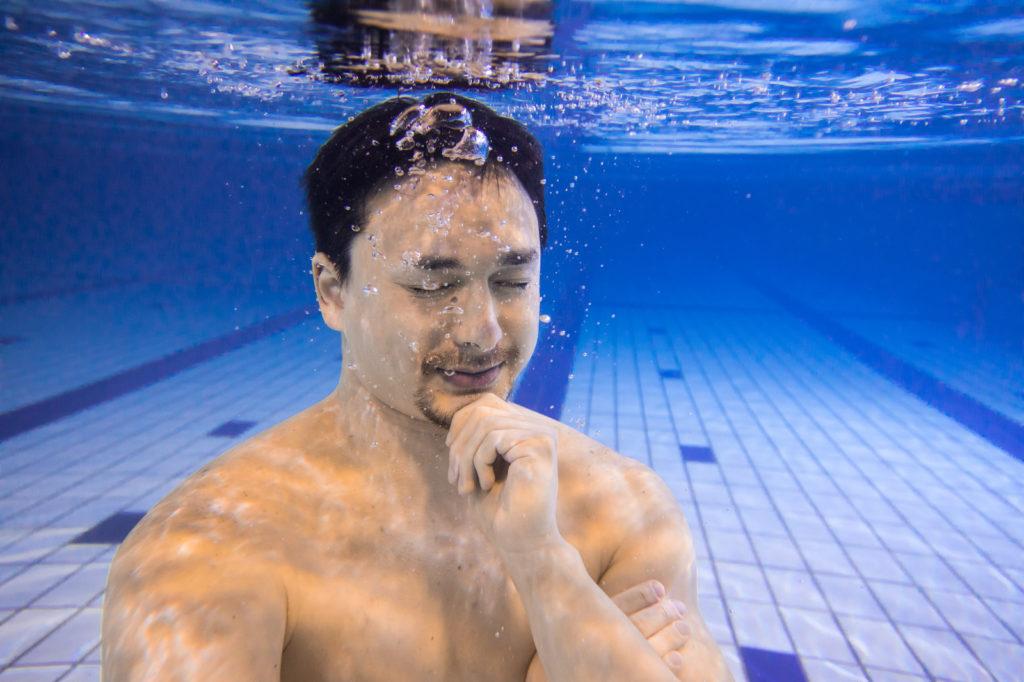 水中で考える人の画像