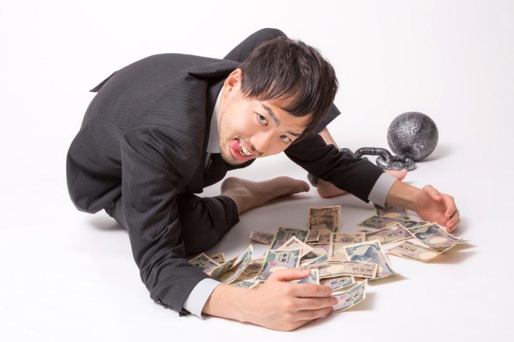 金を拾う男性の画像