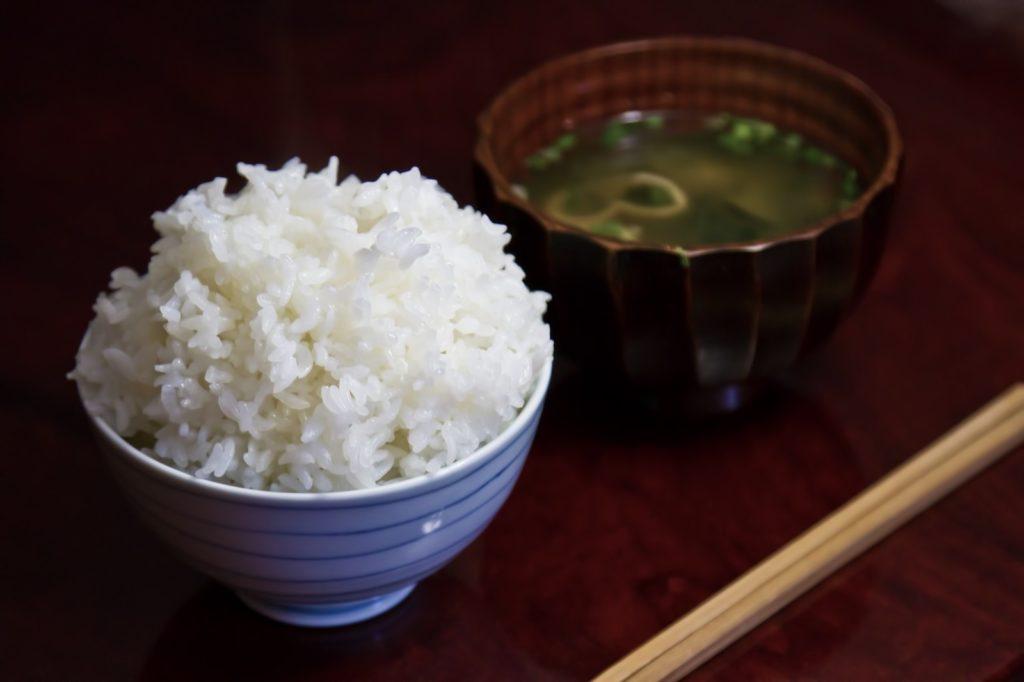ご飯と味噌汁の画像