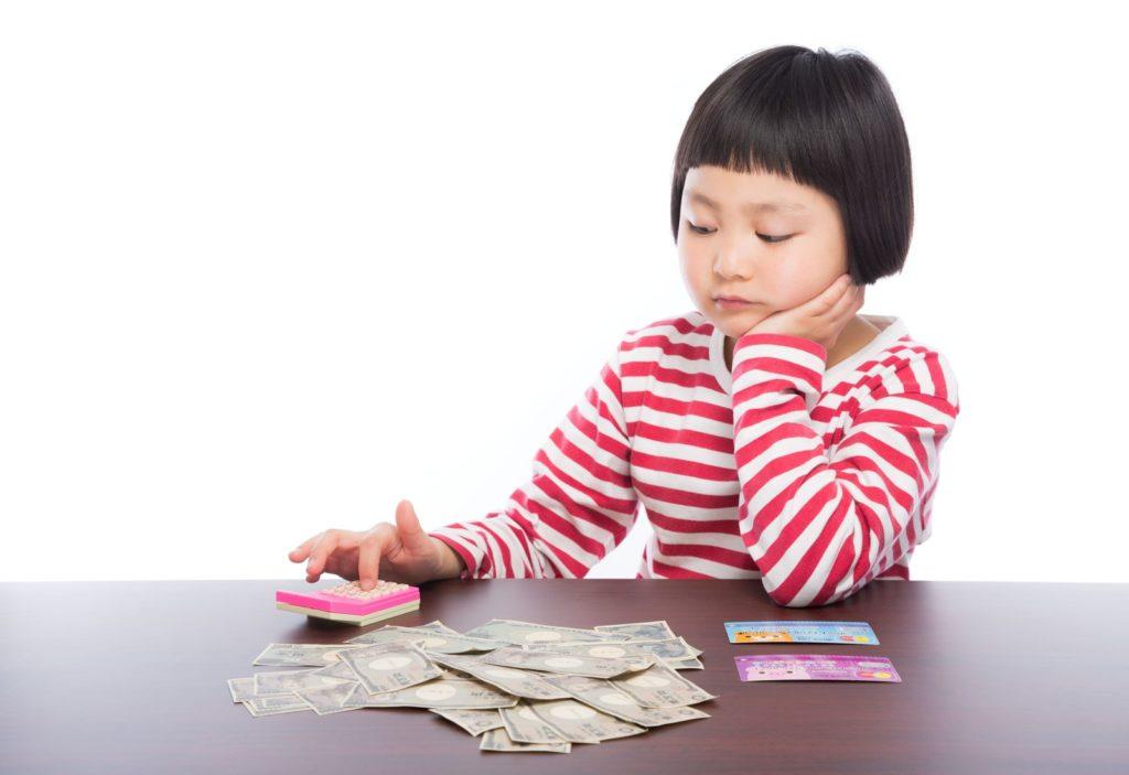 お金の計算をする子どもの画像