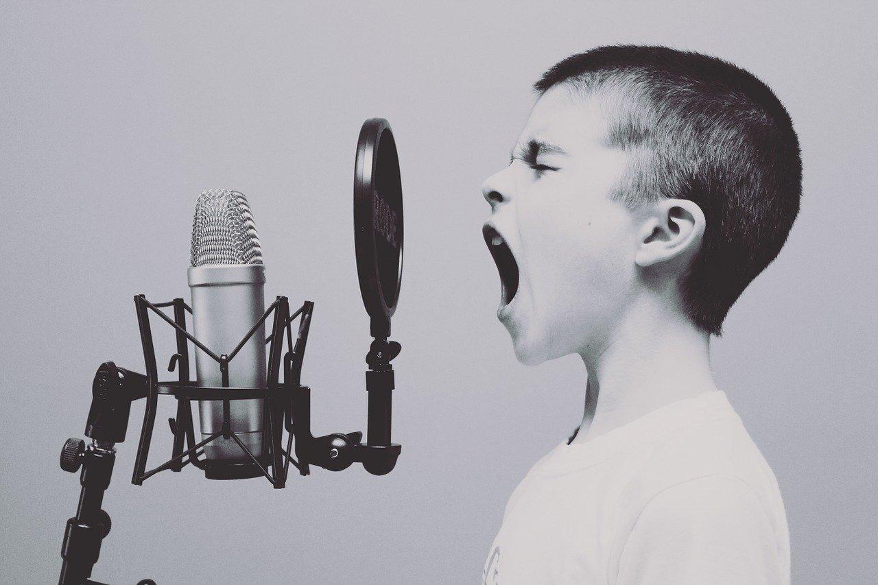 少年がレコーディングしている画像