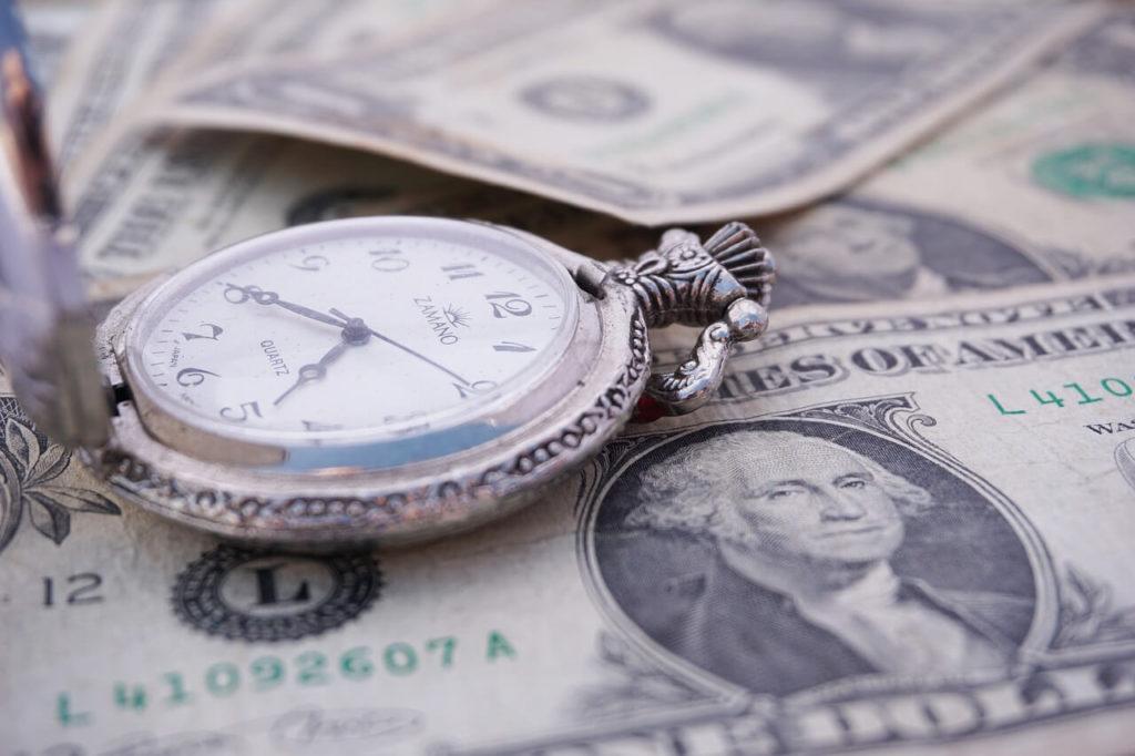時計とお金の画像