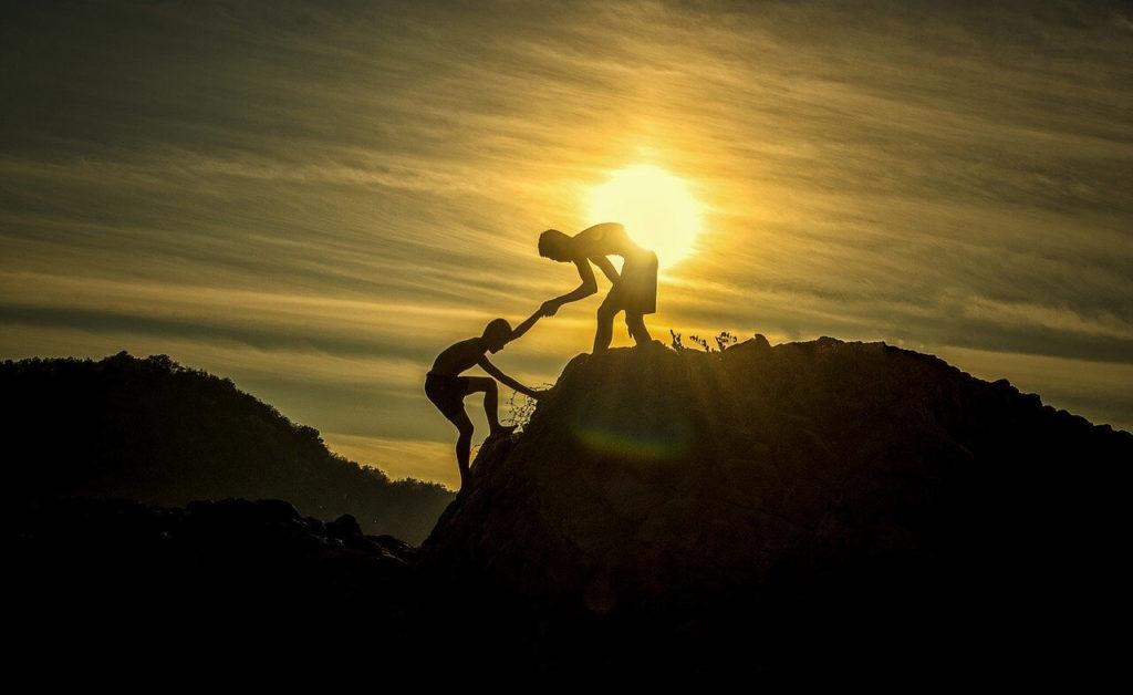 頂に登る画像