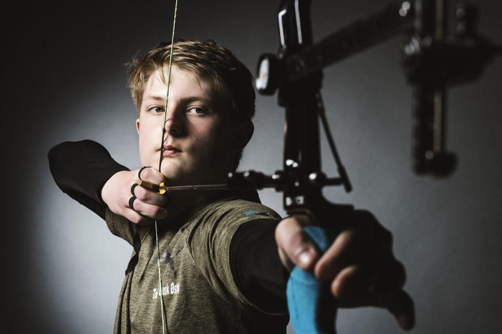 武器を持った青年の画像