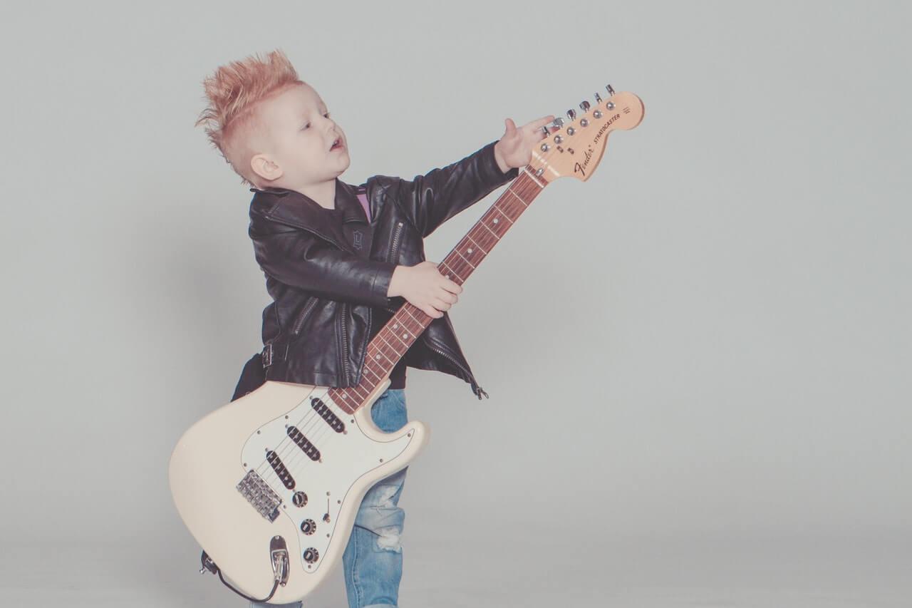 子どもとギターの画像
